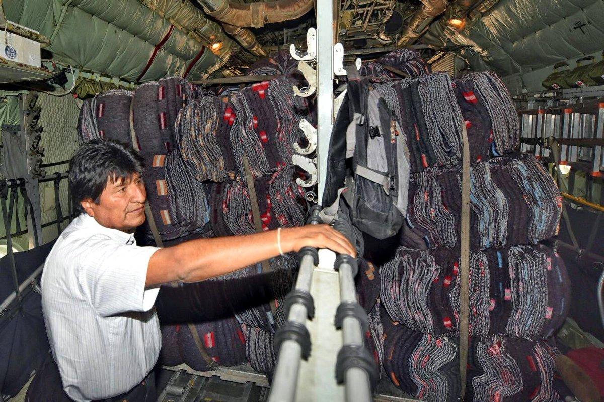 El presidente Evo Morales hizo entrega personal de la carga al embajador de México en Bolivia.