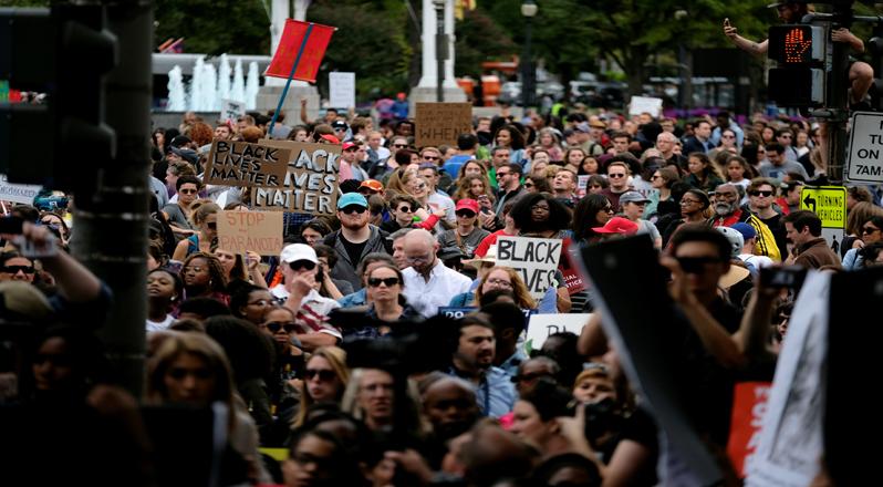 Los manifestantes denunciaron la represión policial y la discriminación contra inmigrantes.