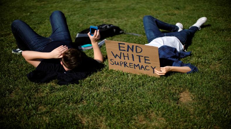 Los jóvenes que participaban en la marcha también pidieron el fin de la supremacía blanca.