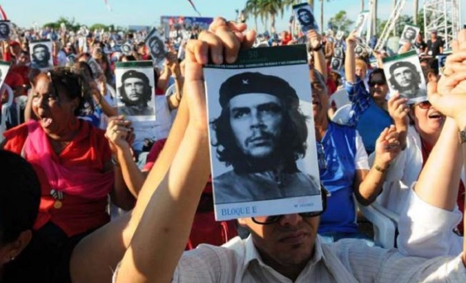 Cubans pay homage to Che.