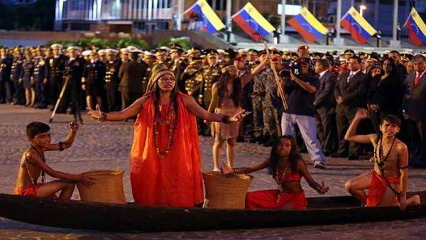 En Venezuela, representantes indígenas participaron en el acto de izada de la bandera nacional.