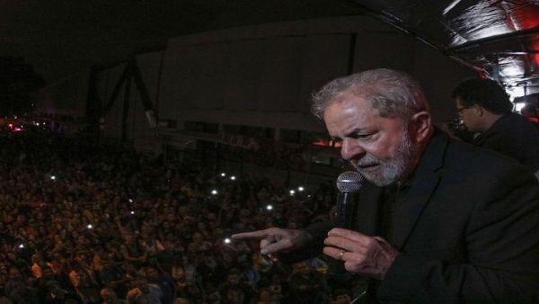 """""""Yo sé lo que es el hambre, lo que es el desempleo (..) es por eso que tengo al pueblo brasileño en mis entrañas"""", expresó Lula."""