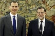 Spanish King Felipe (L) and acting Prime Minister Mariano Rajoy pose before their meeting at Zarzuela Palace in Madrid, Spain, January 22, 2016.