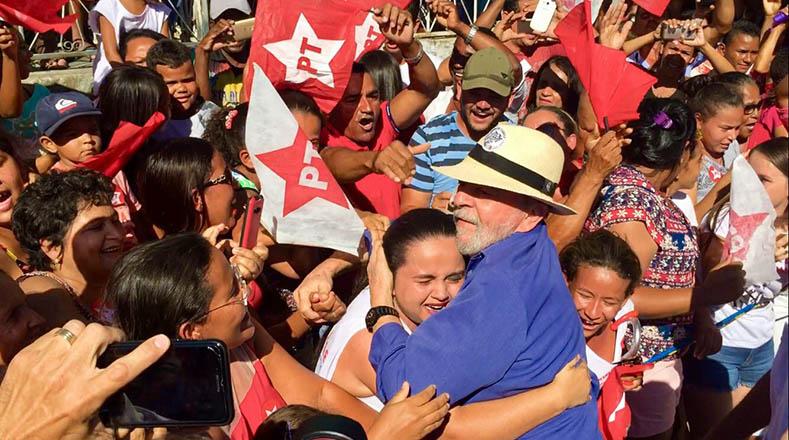 Lula recibió el abrazo solidario de los habitantes de las ciudades más favorecidas por los programas sociales que impulsó durante su gobierno.