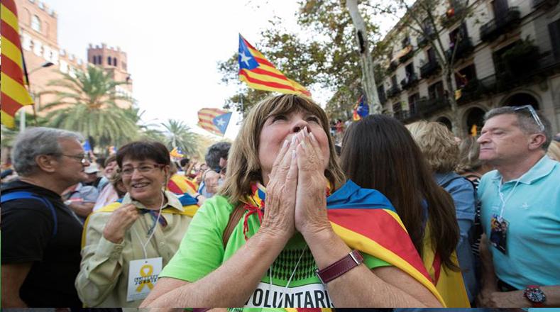 Decenas de miles de independentistas concentrados cerca del Parlamento de Cataluña, en Barcelona, recibieron este viernes la declaración de independencia de la región con un estallido de júbilo.