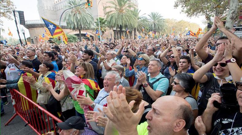 La sesión parlamentaria fue retransmitida a través de pantallas gigantes, en dos vías repletas de personas en las afueras del parque de la Ciudadela, en el centro de la capital catalana.
