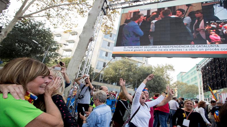 """Al grito de """"independencia"""", los manifestantes celebraron el evento, justo en el momento en que la mayoría separatista del parlamento catalán aprobó la resolución que declaró a la República catalana, como Estado independiente y soberano."""