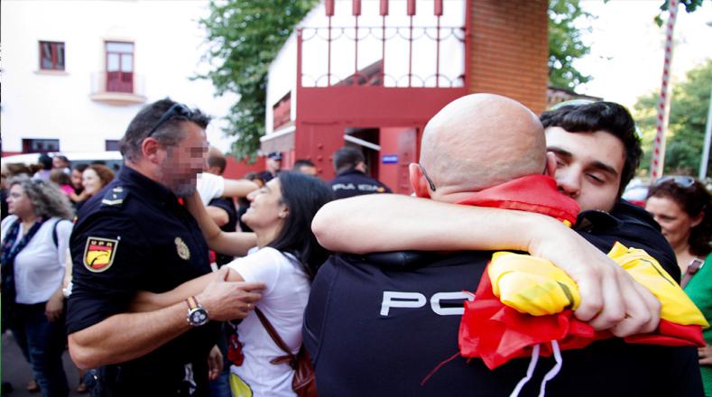 Durante las manifestaciones de júbilo, los manifestantes entonaron con fervor el himno de Cataluña, muchos con el puño en alto.