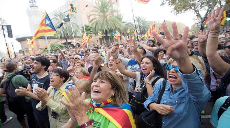 Unas seis mil personas, según la Guardia Urbana, se congregaron espontáneamente frente a la sede del Gobierno regional catalán, en un ambiente festivo y portando banderas independentistas, así como carteles a favor de la separación de Cataluña del resto de España.