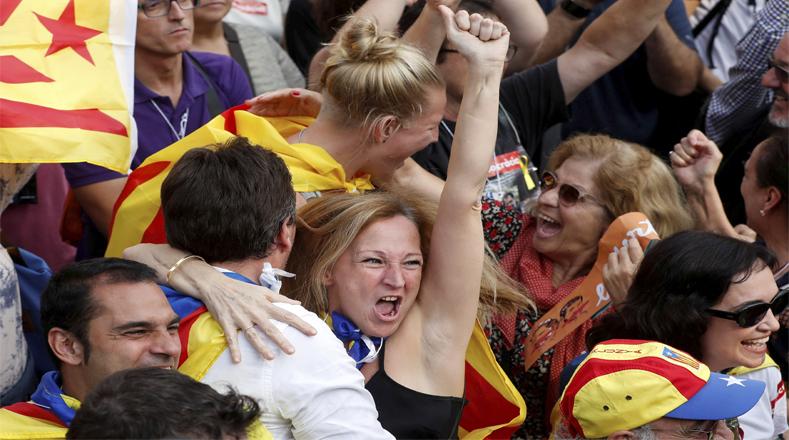 La mayoría de los manifestantes llegaron procedentes de los alrededores del Parlamento regional, donde, convocados por las organizaciones independentistas Omnìum Cultural y Asamblea Nacional Catalana (ANC), se reunieron unas 15.000 personas.