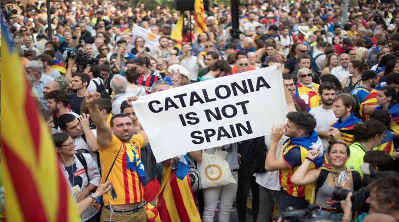 Los manifestantes aprovecharon para reclamar la libertad de los líderes de ambas entidades, Jordi Cruixart y Jordi Sánchez, respectivamente, en prisión preventiva desde el pasado 16 de octubre por un delito de sedición.