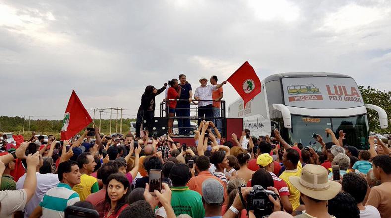 Los seguidores de Lula detuvieron el autobús donde viajaba para darle la bienvenida en Olhos D