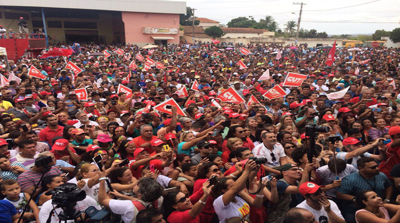 """""""Vivimos en un período de extraordinario progreso y todo ha terminado. Se lo están cobrando aparte porque les desagradan a los pobres"""", expresó Lula en la comunidad de Couto de Magalhães."""