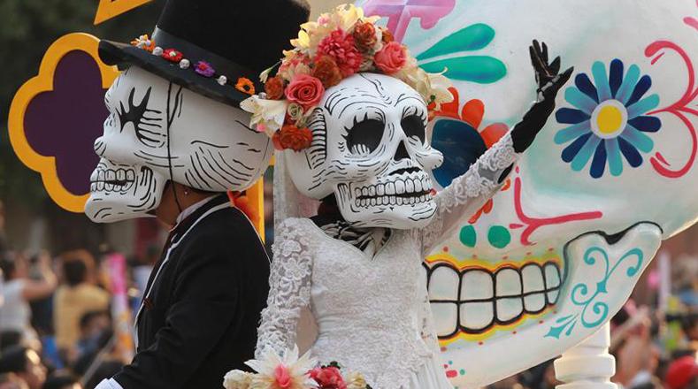 México celebró este sábado su tradicional caravana por el Día de los Muertos en honor a las 228 víctimas que dejó el terremoto de 7,1 del pasado 19 de septiembre.