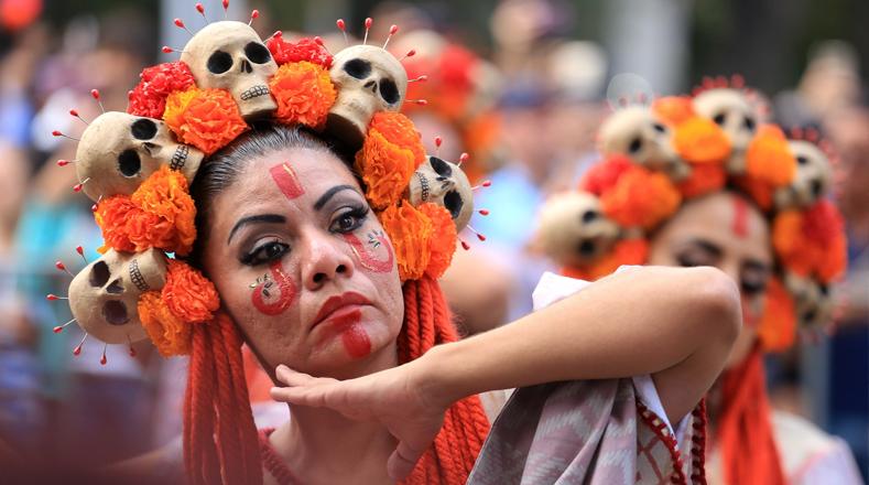 Enormes calaveras, orquestas de esqueletos, más de 800 danzantes de culturas originarias del país y diablos de bigotes largos que se acercaban para asustar a los presentes en el centro de la Ciudad de México.