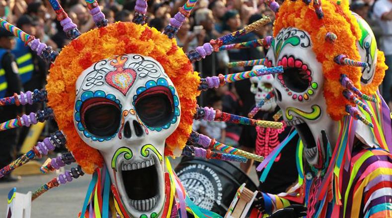 Luego de un recorrido de aproximadamente tres horas las carrozas se trasladaron hasta el Zócalo mexicano, donde se realizó una ofrenda monumental con papel picado de colores, un árbol de la vida y figuras de calaveras.