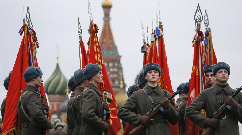 Actores disfrazados de soldados recuerdan la actuación de los militares, liderados por Vladimir Ilich Lenin.