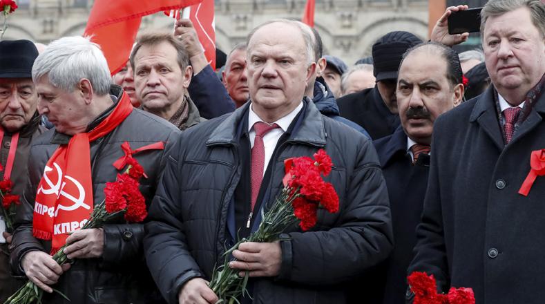 El presidente del Partido Comunista de Rusia, Gennady Zyuganov, se trasladó a la Plaza Roja para ofrecer una ofrenda floral en el mausoleo de Lenin, como parte del homenaje a la celebración.