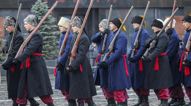 La Plaza Roja también fue escenario del ensayo de un desfile militar, en el que actores vestidos con uniformes históricos representaban la historia del pasado 25 de octubre de 1917.