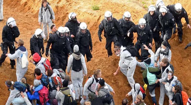 La policía llegó al lugar para evitar que los manifestantes ingresaran a un pozo abierto de la mina y para impedir el bloqueo.