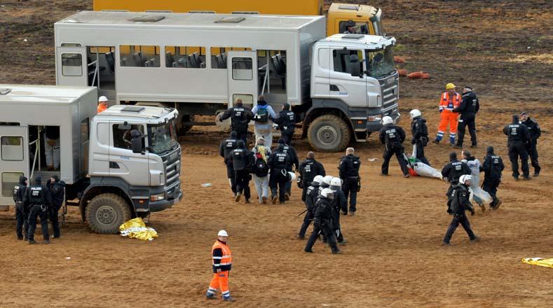 Agentes de policía arrestaron a varios de los activistas climáticos del grupo Ende Gelaende durante manifestación.