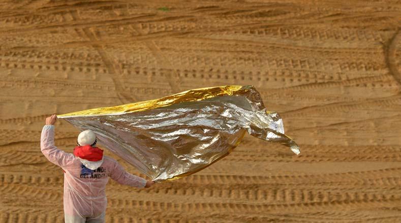 Un manifestante agitó una lámina de metal durante la concentración contra la explotación de minería.