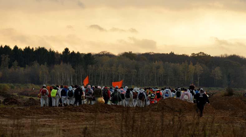 El grupo de activistas climáticos se retiró del lugar después de que llegó  la policía a impedir las acciones de bloqueo contra la explotación de minería.