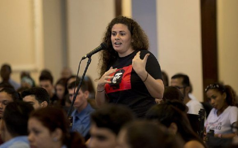 A student at the University of Havana interacts with Lopez Rivera.
