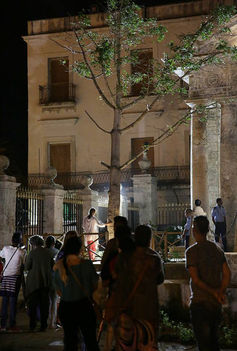 From dawn, Cubans gather next to the tree of ceiba near the temple, in the same place where generations ago the first one of the city was seeded.
