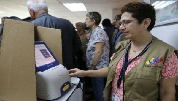 The National Electoral Board began delivering voting machines to polling stations to allow citizens to familiarize themselves with the new equipment.