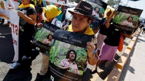 La familia de Cáceres y Copinh denuncian que la justicia se niega a investigar a los autores intelectuales por tratarse de personas con poder económico.