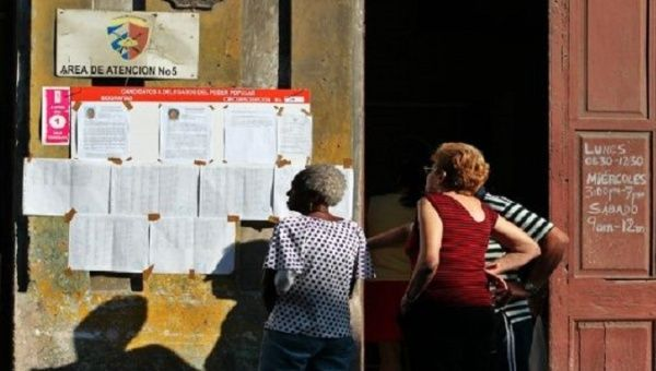 Cubans review information on the candidates for the upcoming elections.