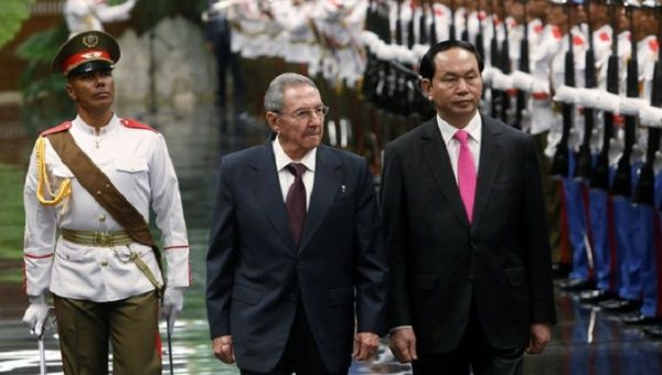 Cuba's President Raul Castro (C) and Vietnam's President Tran Dai Quang (R) review the honor guard during the official reception ceremony at Havana's Revolution Palace, Cuba November 16, 2016.