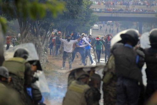Este viernes, manifestantes volvieron a enfrentarse a las fuerzas de seguridad para exigir los resultados finales de las elecciones presidenciales del domingo pasado.