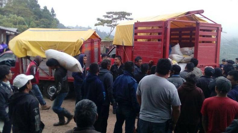 Este sábado Protección Civil inició la distribución de cuatro mil paquetes de víveres, sábanas, pañales, instrumentos de aseo personal y calzado.