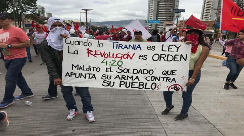 Los hondureños se mantienen en las calles desde el pasado miércoles de manera pacífica, pese a la represión y al toque de queda decretado por el Gobierno.