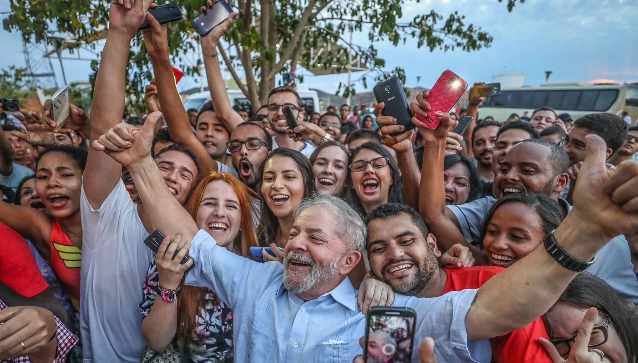 El expresidente de Brasil Lula da Silva sale de prisión.
