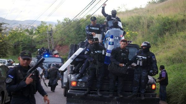 Les policiers ont refusé de faire respecter l'état de siège et de réprimer.