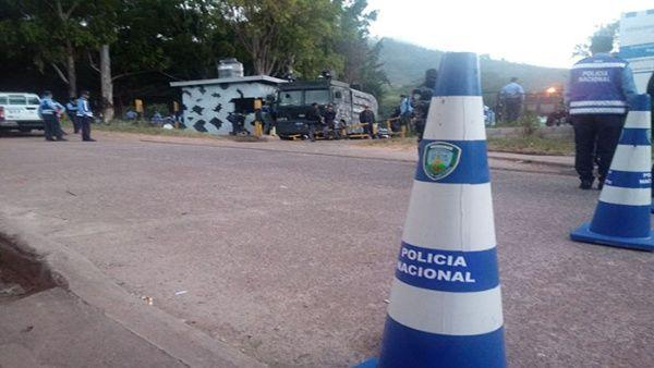 Los agentes policiales se negaron este lunes a reprimir a los ciudadanos hondureños durante el toque de queda.