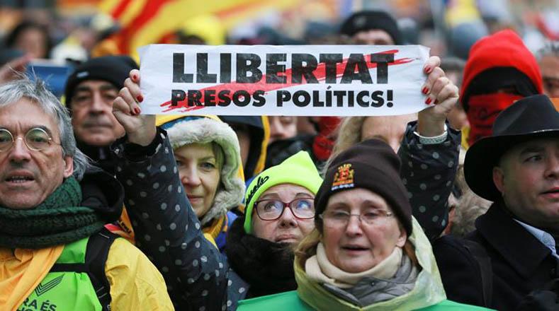 Los manifestantes se solidarizan con los encarcelados por participar en el referendo del pasado 1 de agosto.