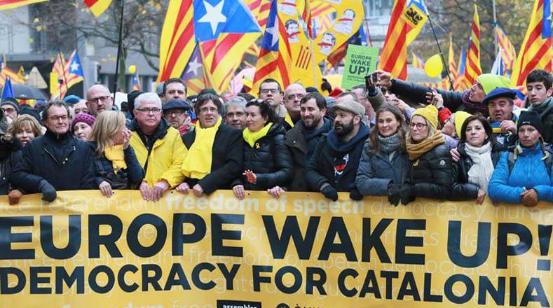 En la manifestación se encuentra el expresidente de Cataluña Carles Puigdemont y la secretaria general de Esquerra Republicana de Catalunya (ERC), Marta Rovira.