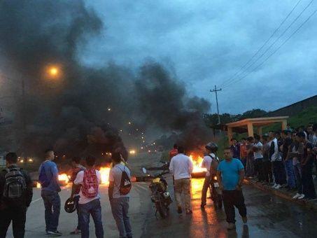 Sumado a la convocatoria de paro nacional, los hondureños tomaron las calles como medida de protesta ante el fraude electoral cometido en las pasadas elecciones.