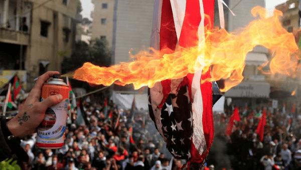 Los manifestantes incendiaron una bandera estadounidense cerca de la Embajada de los EE. UU. En Awkar, al norte de Beirut, Líbano, el 10 de diciembre de 2017.