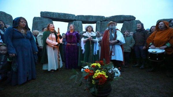 Con música y cantos, los asistentes celebraron la salida del sol después de la noche más larga del año.