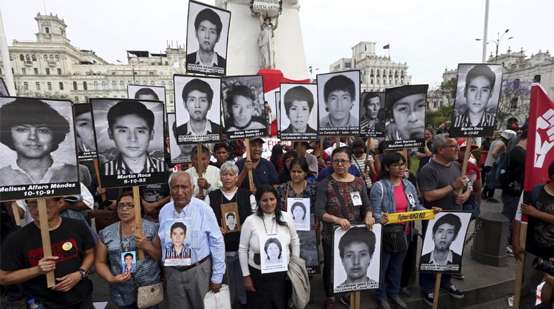 Cientos de peruanos respondieron al llamado del colectivo No a Keiko (NAK) para protestar contra el indulto al dictador peruano Alberto Fujimori, condenado a 25 años de prisión por crímenes de lesa humanidad cometidos en la década de los noventa.