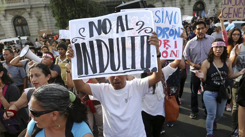 Una de las masacres atribuida a Fujimori es la de La Cantuta, la universidad peruana de la que fueron secuestrados nueve estudiantes y un profesor, fueron torturados y asesinados por el grupo Colina adscrito al Ejército peruano de ese entonces.