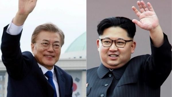 South Korean President Moon Jae In (L) and North Korea
