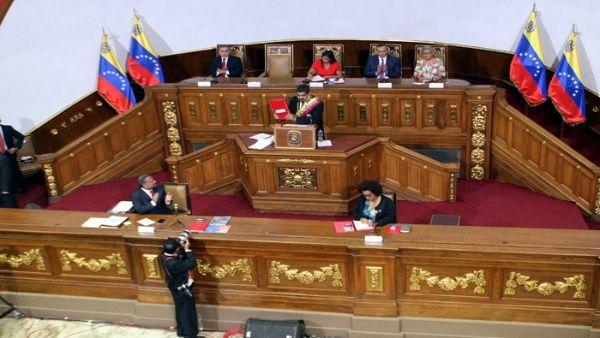 Ya en octubre de 2017 el mandatario (c) acudió a la Asamblea Nacional Constituyente para presentar una serie de medidas económicas.