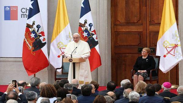 El papa fue recibido en el Palacio de La Moneda por la mandataria saliente, Michelle Bachelet.