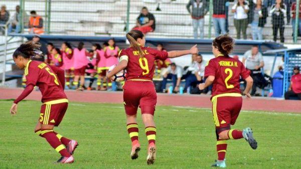 La delantera Castellanos (c) fue una vez más la estrella de Venezuela.